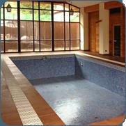 фото широкого переливного лотка бассейна