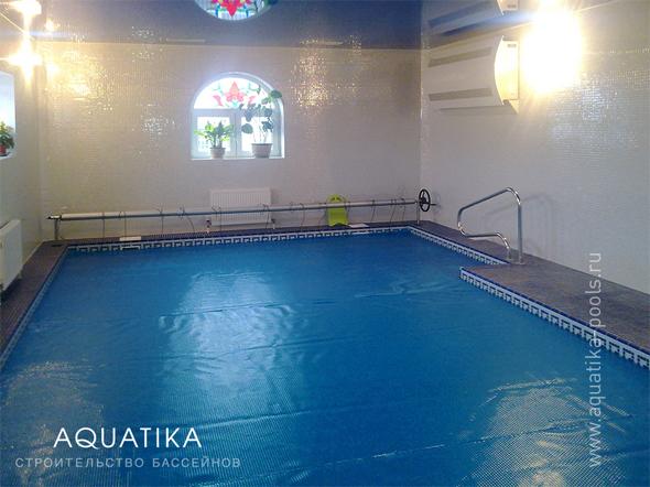 Бассейн с плавающим пузырьковым покрывалом и осушителем