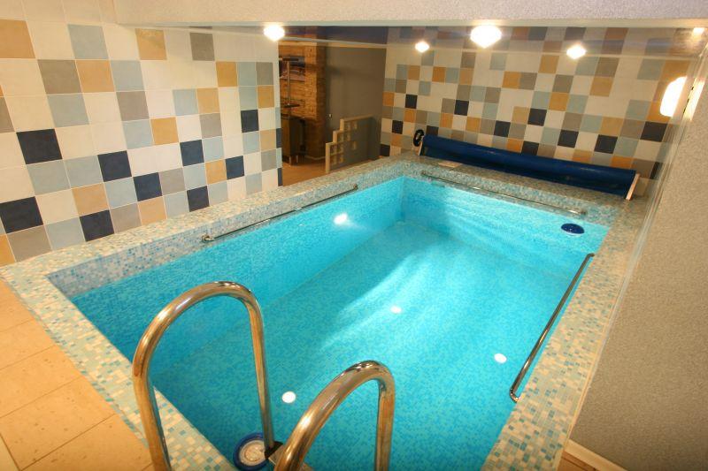 бассейн на первом этаже