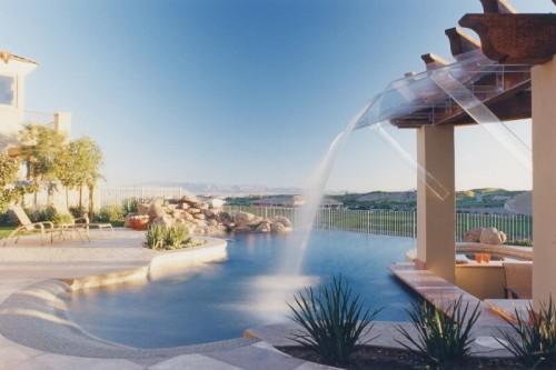 бассейн с водопадом на даче