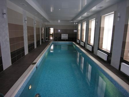 бассейн на первом этаже дома
