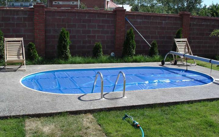 бассейн овальной формы на участке